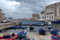 Il risveglio del porto storico di Monopoli al mattino