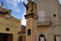La Statua del Padreterno a Presicce, e tutt'intorno una piccola piazzetta restituita alla comunità come luogo d'incontro